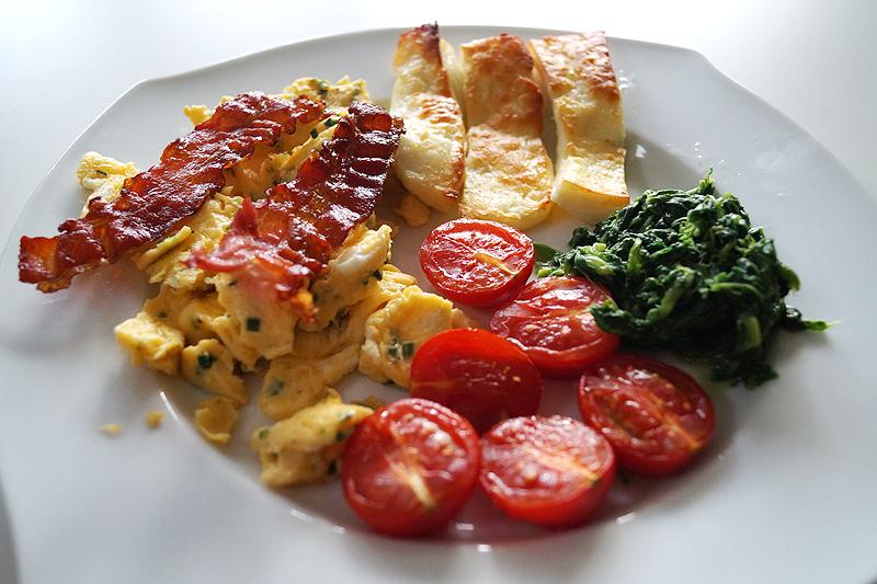 Rezept: Rührei mit Spinat, gegrillten Tomaten, Speck & Halumi
